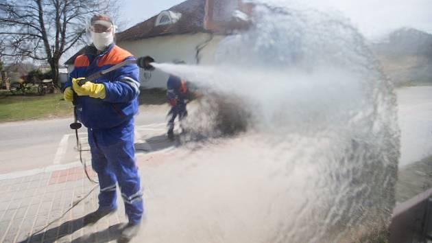 Služby města Jihlavy v boji proti koronaviru dezinfikují zastávky MHD, ke kterému používají vyvíječ horké páry.