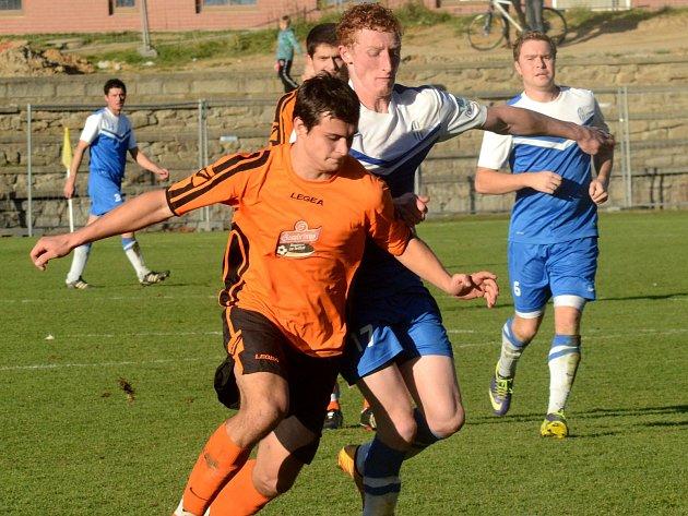 Fotbalisté Telče (v oranžovém) porazili první Kouty 5:1, a díky tomu se vyhnuli těžkostem se záchranou, které by je v případě porážky čekaly v posledním kole.