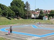 Takto si hrají děti na autíčka na dopravním hřišti v Třešti.