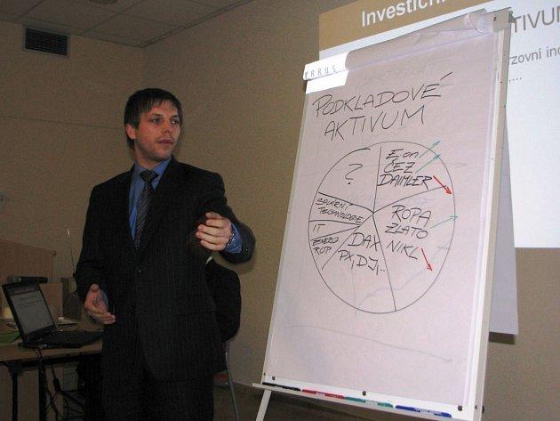 Peníze mohou investoři vložit do velké škály aktiv, vysvětloval v Jihlavě makléř Michal Přikryl.