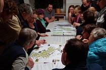 Velký zájem. Diskuse o revitalizaci jihlavského Sídliště I se zúčastnilo kolem osmdesáti lidí. Ti pak ve skupinách hodnotili pozitiva a negativa návrhu revitalizace.