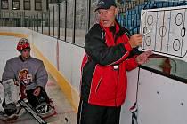 Pokyny trenéra Aleše Tomáška poslouchá švýcarský gólman velmi pozorně. Zanedlouho už mu bude rozumět bez problémů, češtině se totiž intenzivně věnuje.