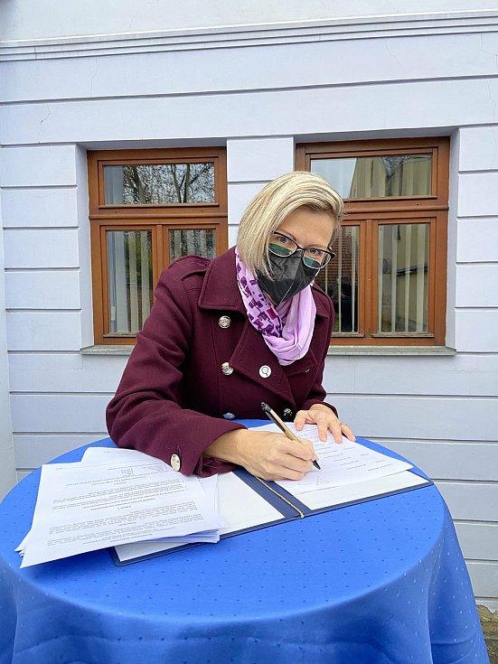 Koaliční smlouvu podepsala i Hana Hajnová za Piráty.