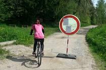 Na těžbu dřeva upozorňovala cyklisty obří cedule o zákazu vjezdu.