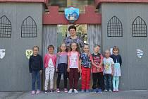 Osm letošních prvňáčků s třídní učitelkou Hanou Kučerovou.