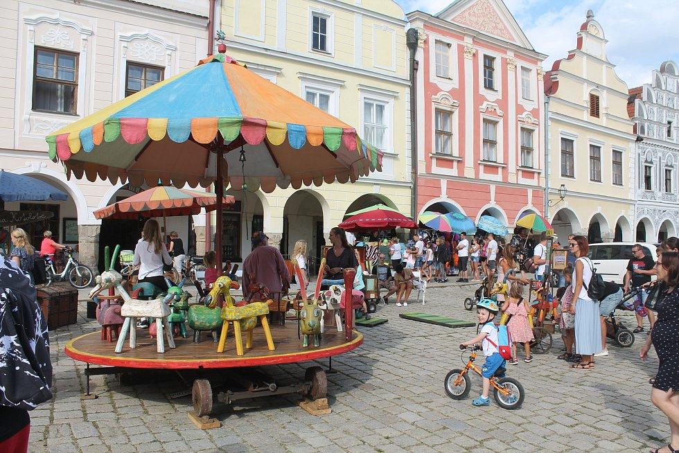 Velké oblibě dětí se těšit kolotoč s vyřezávanými figurkami na náměstí.