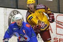 Hokejový útočník Ladislav Rytnauer (ve žlutém) bude oblékat dres Dukly Jihlava ještě minimálně dva roky.