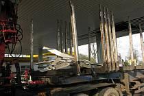 Řidič nákladního vozu s úpravou pro převoz klád v pátek před 18. hodinou strhl část podhledu benzinové čerpací stanice Tank Ono v Žižkově ulici v Jihlavě.