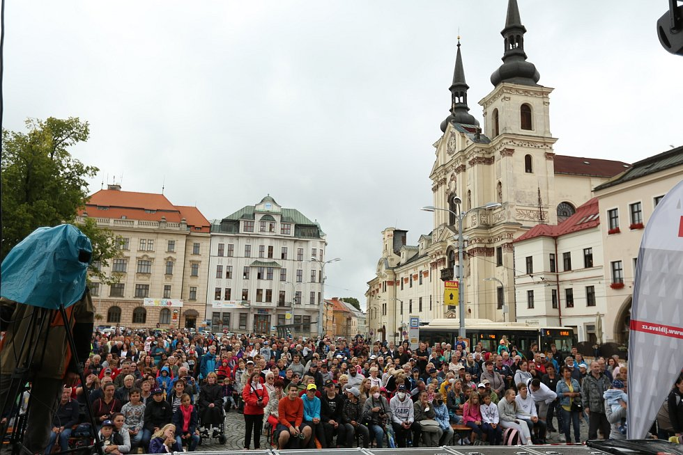 Stovky lidí přišly na jihlavské Masarykkovo náměstí přivítat olympijského medailistu v judu Lukáše Krpálka. Veliký judista neskrýval dojetí a vzpomínal na své dětství v Jihlavě.