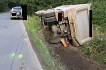Tíhu nákladního vozu Volvo neunesla krajnice silnice mezi Jihlavou a Smrčnou.