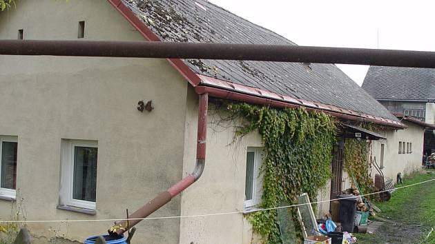 V domku v Rančířově na Jihlavsku objevili policisté při úterním zásahu tvrdé drogy. Na místě zatkli matku a syna Dubovy a ještě jednu další ženu.