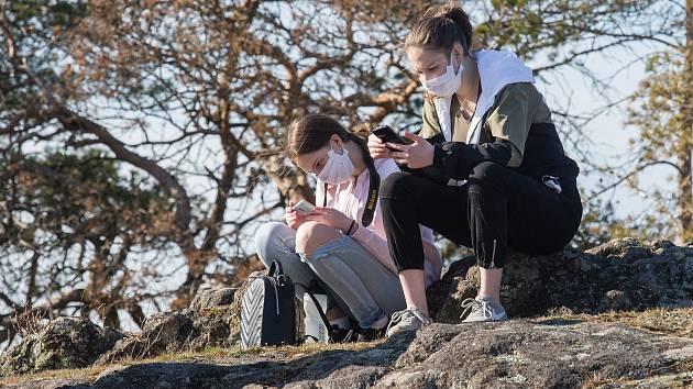 Toužíte po procházce venku? Zamiřte do lesa, radí lékaři i hygienici