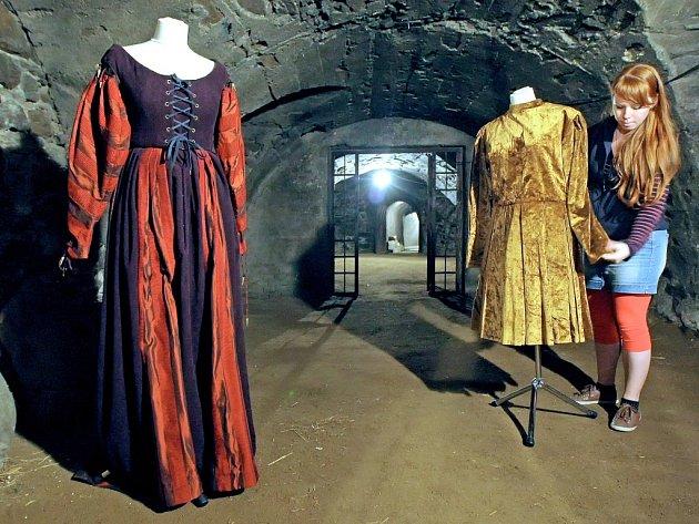 Kostýmy. V telčském zámeckém podzemí bude k vidění výstava rekvizit, včetně kostýmů z filmů a pohádek.