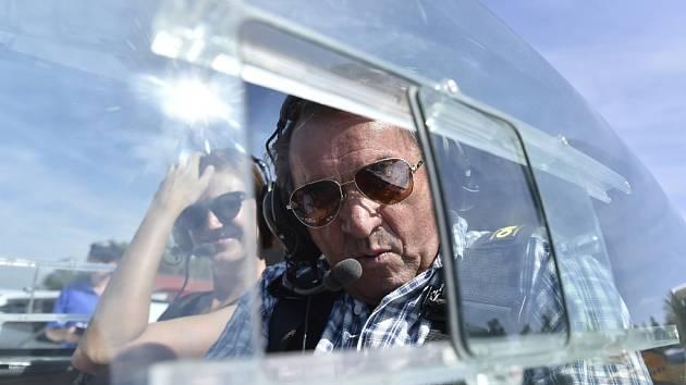 Ve svých dva a sedmdesáti letech je Zdeněk Duffek nadále aktivním pilotem, létání je jeho vášní už od dětství.