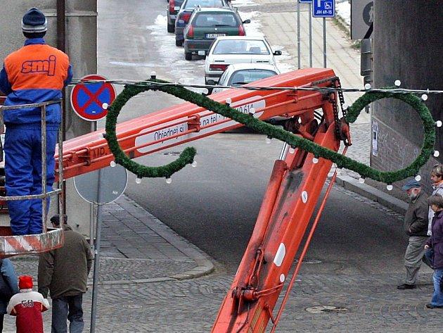 V Palackého ulici v centru Jihlavy se objevily první vánoční ozdoby.
