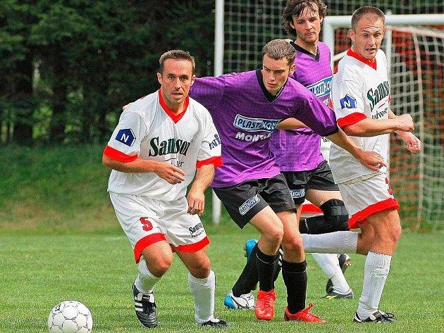 Fotbalisté Stonařova (v bílém) se radují z postupu do I. A třídy, Puklice (v tmavém) se musely smířit s pádem do okresního přeboru.