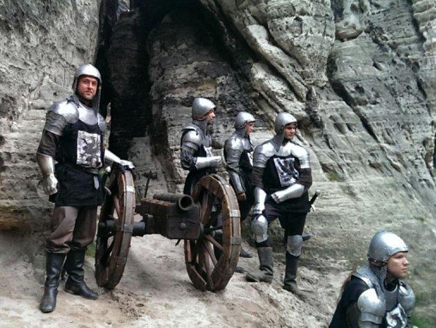 Natáčení dramatické válečné scény ve skalách u Tisé bylo hlavně o čekání.