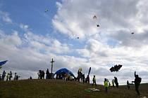 Děti si na kopci nad Jihlavou užily létání s draky.