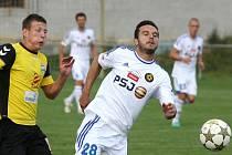 Takhle se chová správný favorit. FC Vysočina na půdě divizních Rosic neponechal nic náhodě a šesti góly si vystřílel postup do dalšího kola. Mezi střelce se zapsal i Haris Harba (v bílém).