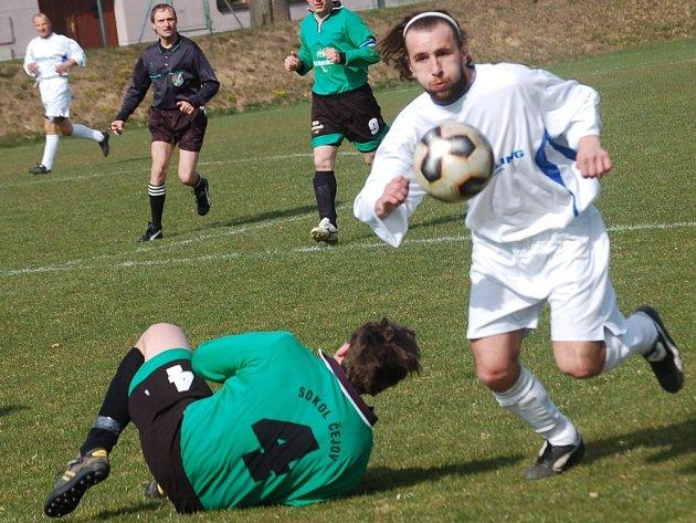 Horkotěžká záchrana. Fotbalisté Černovic (v bílém) Zdeněk Kubíček bojovali o záchranu až do posledního kola. To platilo ale i o Čejovu.