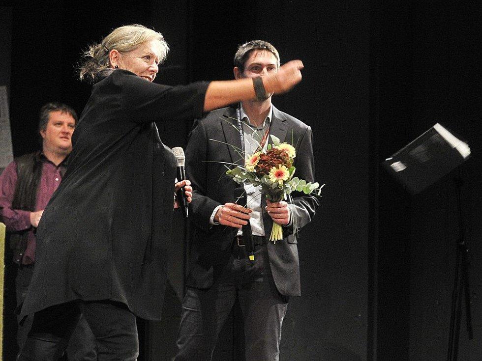 Dokumentaristka Helena Třeštíková (vlevo) pokřtila svoji novou knihu o časosběrné metodě natáčení jejím vhozením do diváckých řad.
