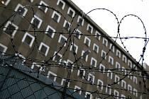 Pokud se člověk dopustí stejného přečinu v době, kdy mu běží zkušební doba za předchozí podmíněný trest odnětí svobody, může být odsouzen do vězení. Tak se stalo i v tomto případě zanedbání povinné výživy, kdy muž dluží 22 tisíc korun.