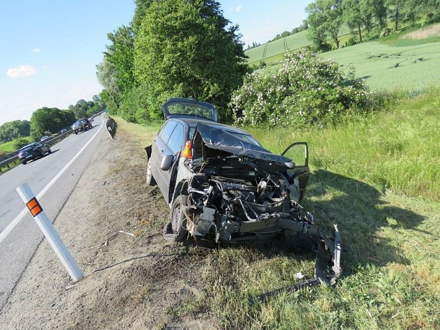 Vrak u cesty. Jednou z nejčastějších příčin nehod je rychlost jízdy.