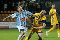 Vloni na podzim inkasovali v Jihlavě čáslavští fotbalisté pět branek (na snímku z tohoto utkání ve žlutém dnes už bývalý jihlavský hráč Robert Caha).