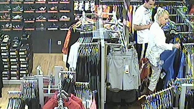 V tašce zlodějského páru zmizela minulý čtvrtek v jihlavském City Parku čtveřice značkových bund za devět tisíc korun. Při činu je zachytily bezpečnostní kamery obchodu.