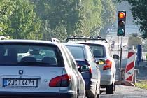 Před opravovaným mostem za Helenínem, okrajovou částí Jihlavy, se tvoří velice lehce kolony aut. Řidiči vnich mohou stát klidně i téměř půl hodiny.