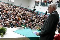 Prezident Václav Klaus se včera sešel s žáky jihlavského gymnázia. Studenti celé školy s ním debatovali v tělocvičně. Na jejich otázky reagoval pohotově a vtipně.