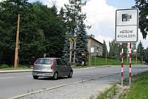 Brněnské ulice v krajském městě zmizely cedule označující úsek, kde smí strážníci měřit rychlost projíždějících řidičů. Policisté je před zimou odstranili, aby předešli brzdění provozu.