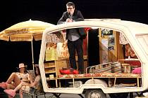 Festival již rozjel promítání na plné obrátky. Slavnostní zahájení doprovázelo vtipné duo moderátorů, kteří po celou dobu předváděli typicky české kempování. Ke slovu se dostal i ředitel projektu Marek Hovorka.