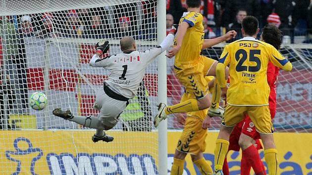 Skóre utkání v Jihlavě otevřel domácí stoper Ondřej Šourek, který ve vzdušném souboji přehlavičkoval brněnského brankáře Martina Doležala.
