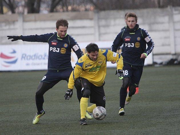 Jihlavští fotbalisté (v tmavém) proti druholigovému Zlínu podali průměrný výkon a s druholigovým soupeřem nakonec jen remizovali.