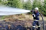 Požár mladého lesa u Řídelova si vyžádal i zásah hasicího letadla.