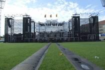 Obří scéna pro sobotní koncert skupiny Kabát už stojí.