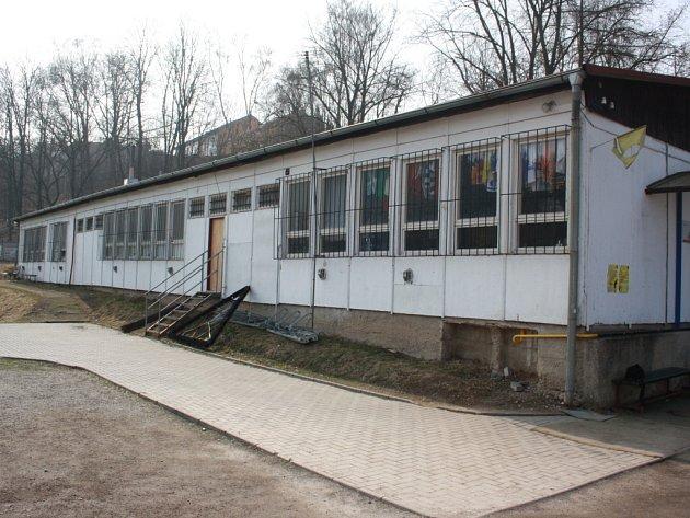 Dresy zavěšené na oknech sportovních kabin Na Stoupách v Jihlavě budou už brzy minulostí. Pokud město dostane dotaci, půjdou během několika měsíců k zemi.