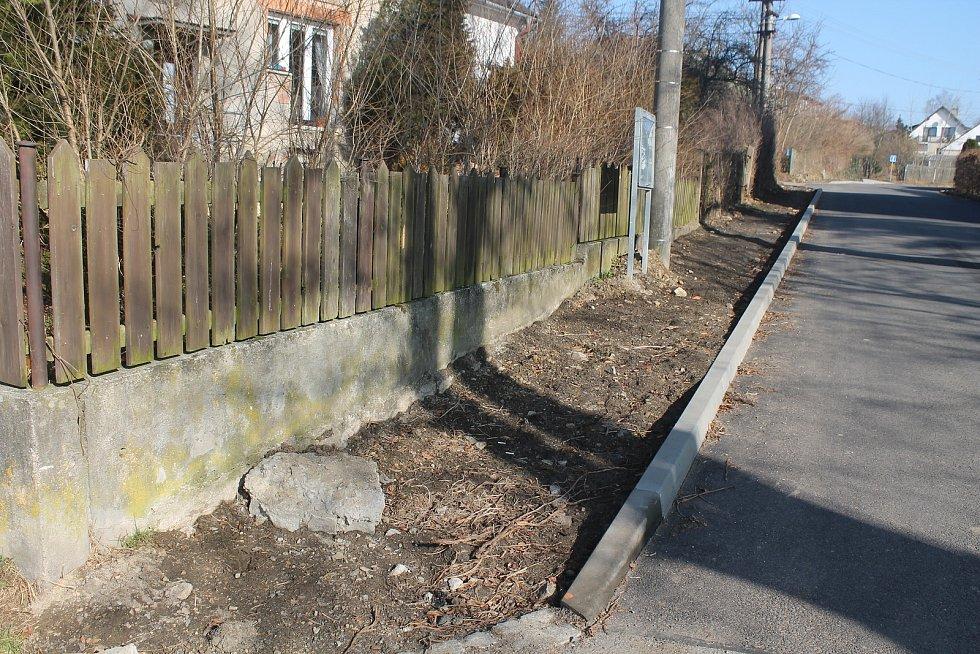 Na chodníky zatím Beranovští čekají, loni se při opravách silnice podařilo alespoň umístit obrubníky.