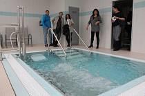 Senioři mají v budově, kde se dříve skladovalo obilí, k dispozici rehabilitační místnost s bazénem.