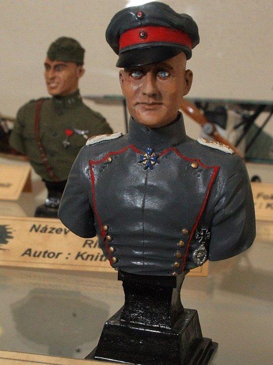 Na výstavě najdete nejen modely letadel a lodí, ale také busty generálů té doby.