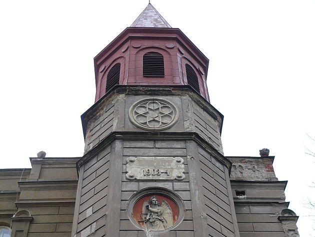 Objektu, který se stal kulturní památkou, dominuje osmiboká jehlancová věž.