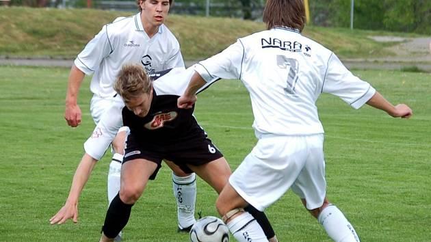 Pelhřimovského Jana Kmocha dostává duo protihráčů pod tlak. Hostující Borovina nakonec dokázala dvěma góly po změně stran urvat všechny tři body.
