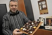 V Kamila Chocolates velmi dbají na kvalitní suroviny. Podle majitele firmy Františka Hlavy (na snímku) se ke klientům dostane jen to nejlepší. Ve výrobně ve Vyskytné nad Jihlavou připravují na šedesát základních druhů čokoládových specialit.