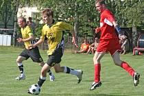 Fotbalisté Bohdalova (ve žlutém) nedělní zápas pravdy zvládli na výbornou a v I. A třídě setrvají. Stonařovský celek (vpravo Václav Kain) po prohře 1:2 druhou nejvyšší krajskou soutěž na Vysočině musí opustit.