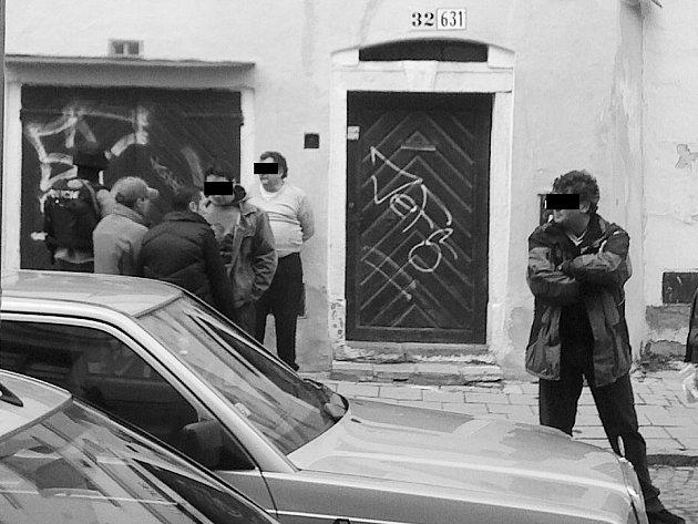 Zatčen byl muž na snímku vpravo, který stojí v pozadí v bílém triku.