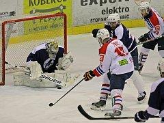 Marně dlouhou dobu dobývali mosteckou branku hokejisté Třebíče (v bílém). Navíc v utkání dvakrát ztratili svůj jednobrankový náskok. Nakonec ale zásluhou branky v poslední minutě zápasu mohli slavit konečné vítězství.