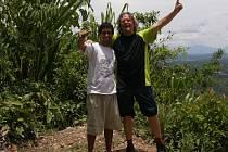 V Peru. Cestovatel Pavel Bezděčka (na snímku vpravo) pózuje s ornitologickým průvodcem Gustávem.