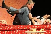 Inscenace z hereckého prostředí Herci jsou unaveni vypráví o jednom mejdanu, který po slibném začátku skončí fiaskem.