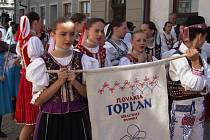 Spoustu slovenských, tuzemských, ale i srbských krojů přímo v akci si mohli dnes, v sobotu 21. června, dopoledne prohlédnout lidé v Jihlavě.